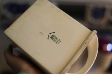 Każda szufladka podpisana jest imieniem i nazwiskiem osoby, która ją zdobiła